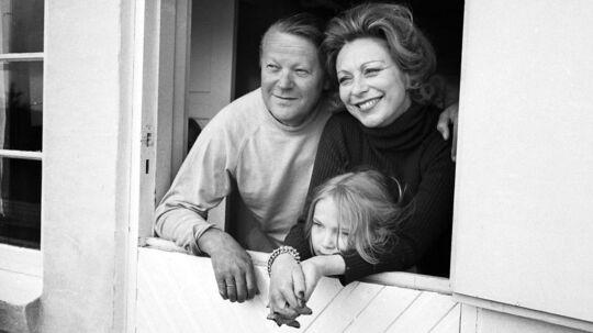 Det var i tiden som statsministerfrue, at skuespiller Helle Virker blev behandlet af den healer, som viste sig at være den berygtede nazispion Jenny Holm. Her ses hun med Jens Otto Krag og datteren Søsser.
