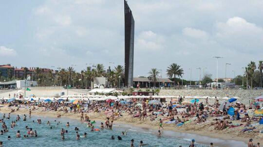 Danskernes yndlings feriedestination er Spanien. Her ved Bogatell strand i Barcelona.