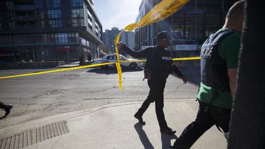 Politiet har anholdt en 25-årig mand, der mistænkes for at stå bag påkørslen af adskillige fodgængere i en forstad til Toronto mandag eftermiddag. Scanpix/Cole Burston
