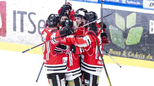 Aalborg Pirates og Herning Blue Fox skal tirsdag på isen - men 700 fans får alligevel ikke en billet til kampen.
