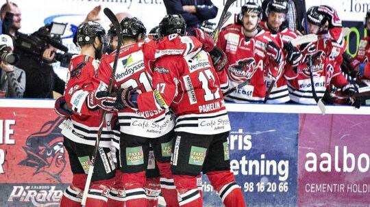 Aalborg Pirates Clay Anderson har scoret til 1-0 i 6. DM finale i ishockey mellem Aalborg Pirates og Herning Blue Fox i Cool East Arena, Aalborg, tirsdag 24. april 2018.. (Foto: Henning Bagger/Ritzau Scanpix)