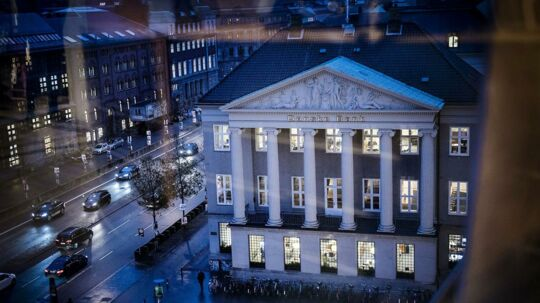 Danske Bank. Danske Banks hovedsæde på Kongens Nytorv i København den 16. november 2017. Danske Banks resultat faldt til 4, 9 milliarder kroner i første kvartal sammenlignet med året før. Faldet er udløst af de negative globale finansmarkeder. Det skriver Ritzau, torsdag den 26. april 2018.. (Foto: Thomas Lekfeldt/Ritzau Scanpix)