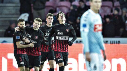 Gustav Wikheim (nr 88) har scoret det omdiskuterede mål til 2-1 mod Sønderjyske.