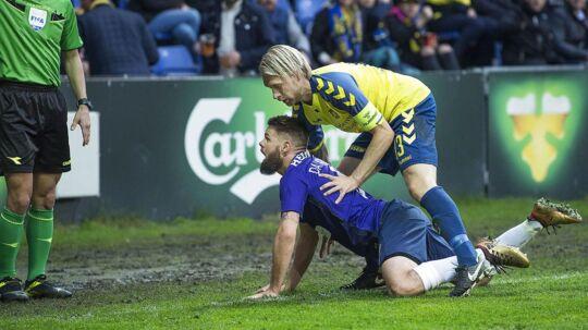 Marc Dal Hende og Johan Larsson under pokalsemifinalen i Brøndby mellem Brøndby IF og FC Midtjylland, torsdag den 26. april 2018. Situationen, som dommeren nu erkender skulle have været et frispark.