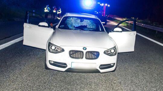 En hvid BMW på motorvej A7 i Nordtyskland ved Flensborg tæt på den danske grænse efter den blev ramt af sten kastet fra motorvejsbro sent tirsdag den 8. maj 2018.