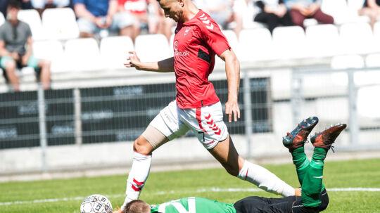 Imed Louati (VB - 7) scorer til 1 - 0 med keeper Sebastian Olsen i græsset. NordicBet Liga Fodbold Vejle Boldklub mod Nykøbing FC. Søndag den 6 maj 2018.. (Foto: Claus Fisker/Ritzau Scanpix)