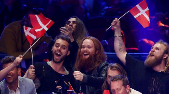 Her ses Rasmussen og resten af holdet, mens de modtager point under Eurovision-finalen lørdag.