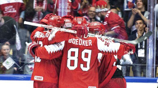 Spillerne på det danske ishockeylandshold jubler over en scoring ved det igangværende VM, hvor holdet tirsdag aften med sejr over Letland kan kvalificere sig til kvartfinalerne.
