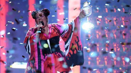 Her ses den israelske sangerinde Netta på scenen, hvor hun fejres efter sejren.