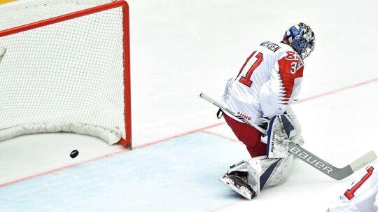 Det danske ishockeylandsholds målmand Frederik Andersen kunne ikke hindre Letland i at score i tirsdag aftens VM-kamp.