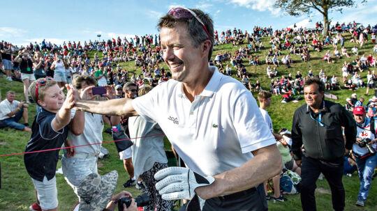 Kronprins Frederik trives i selskab med folket. Her giver han hånd til nogle af tilskuerne ved en golfturnering i Himmerland.