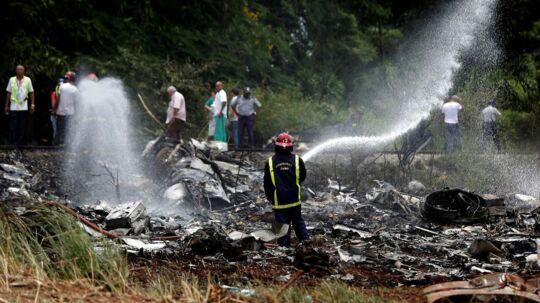 Brandmænd har arbejdet hårdt for at få slukket branden i flyet. REUTERS/Alexandre Meneghini TPX