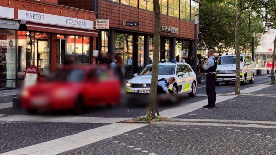 Her ses bilen og tre betjente.