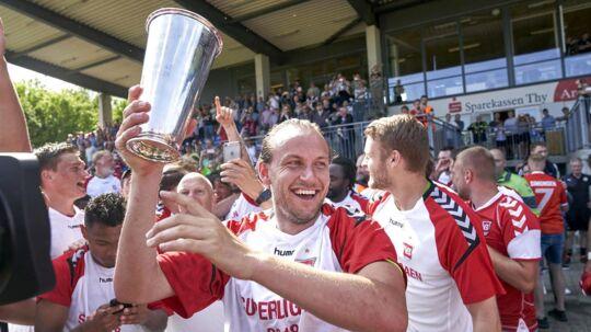 Vejle Boldklub's Jacob Schoop (anfører) med poklaen Vejle Boldklub vinder 2-0 over Thisted FC i NordicBet ligaen, og rykker op i superligaen på Sparekassen Thy Arena i Thisted, søndag den 20. maj 2018.