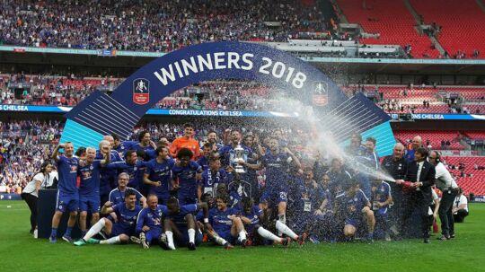 Chelsea fejrer pokaltriumfen over Manchester United med en sejr på 1-0 i finalen i FA Cuppen.