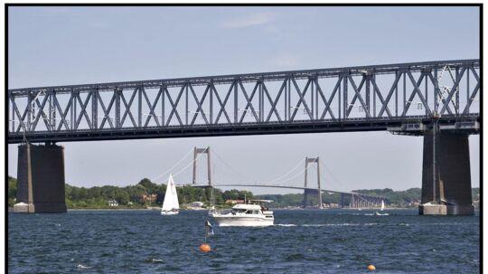 Den gamle lillebæltsbro fotograferet med Den nye Lillebæltsbro i baggrunden. Den gamle bro skal repareres og lukker derfor for biltrafik de næste 20 uger. (Arkivfoto)