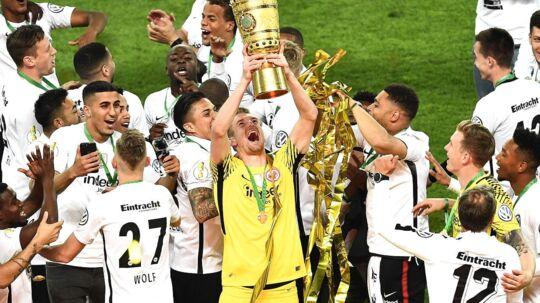 Lukas Hradecky jubler med pokalen oven på finaletriumfen mod Bayern München.