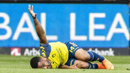 Kevin Mensah (14), Brøndby IF, ligger skadet i græsset under Alka Superliga-kampen mellem Brøndby IF og AaB på Brøndby Stadion mandag den 21. maj 2018.