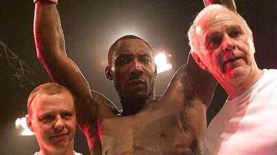 Den legendariske boksetræner Brendan Ingle (th.) er død i en alder af 77 år. Her ses han sammen med en jublende Johnny Nelson tilbage i 2002 - Nelson var en af de boksere, som blev verdensmestre under Ingles vejledning.