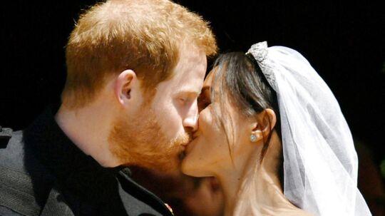 Prins Harry kysser sin udkårne, Meghan Markle, til parrets bryllup.