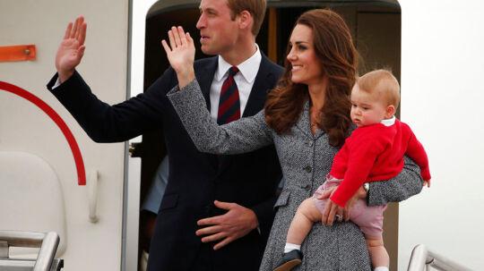Her ses hertuginden af Cambridge, Kate, og hendes mand, prince William sammen med deres søn, prince George 25. april 2014 (arkivfoto).