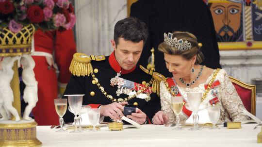 Det er de færreste kvinder i verden, der som den danske kronprinsesse Mary, norske dronning Sonja og svenske dronning Silvia har adgang til at bære juveler i millionklassen. Men når man er gift med en konge eller en kommende regent, har man mulighed for at vælge og vrage mellem smykkesæt, der er skabt for flere hundreder år siden af de fineste smaragder, safirer, rubiner og diamanter i verden, fordi smykkerne er gået i arv gennem generationer. Og på kryds og tværs af lande, hvor smykkerne er blevet brugt igen og igen af mange kongelige kvinder. Det er dette smaragdsæt, som dronning Sonja af Norge bærer her på billedet, der undslap nazisterne, da Tyskland besatte Norge under 2. Verdenskrig.