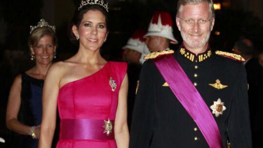 Her ankommer kronprinsesse Mary til bal med den belgiske kronprins Philippe lørdag aften i Operat Garnier i Monaco.