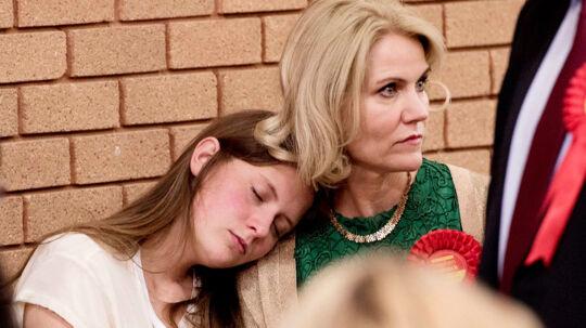 Statsminister Helle Thorning-Schmidts ægtemand, politikeren Stephen Kinnock blev efter en dramatisk valgnat i Storbritannien valgt ind i det britiske parlament. Det betyder at parret nu nu må indstille sig på en pendlerlivsstil, men ikke destro mindre er der lutter glade smil at spotte hos politikerparret. Her en spændt Helle Thorning-Schmidt med en sovende datter på skulderen.