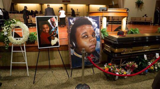 Den kun 18-årige amerikaner Michael Brown blev den 9. august skudt af politiet. Dødsfaldet har i de seneste dage været skyld i flere voldelige race-demonstrationer, men i dag foregik begravelsen af den afdøde stille og roligt.