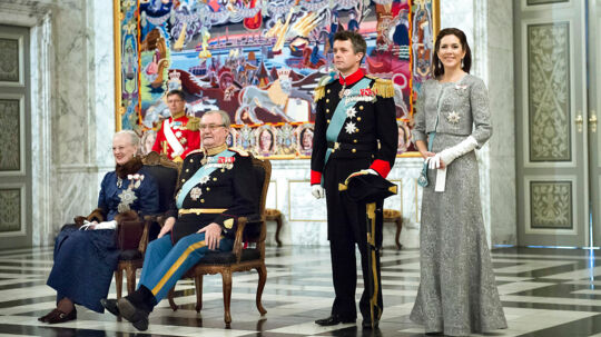 Nytårskur på Christiansborg Slot torsdag den 3. januar 2013. Regentparret og Kronprinsparret modtager det diplomatiske korps i kur. Dronning Margrethe og prins Henrik sidder på stole mens kronprins Frederik og kronprinsesse Mary står ved deres side. (Foto: Keld Navntoft/Scanpix 2013)