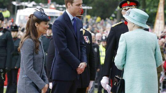 Kate, hertuginden af Cambridge, nejer for dronningen.