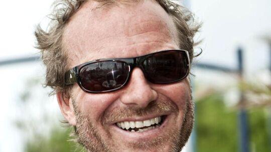 Danmarks mest rutinerede stuntmand, Lasse Spang Olsen, kan takke sikkerhedsdykkere for at han stadig er i live. Fredag eftermiddag var et bilstunt ved at gå grueligt galt, da stuntmanden ikke kunne åbne bildøren, da bilen var på ned mod havnebassinets b und i Vedbæk havnebassin.