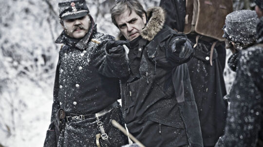 Ole Bornedal instruerer Pilou Asbæk i nogen af de brutale slagscener, hvoraf nogle kan opleves næste søndag i hans dramaserie '1864', hvor seerne hænger på trods lunkne anmeldelser og massiv politisk kritik fra DF.