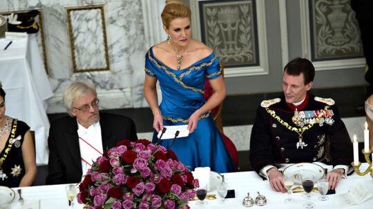 Statsminister Helle Thorning-Schmidt holder tale ved gallataffelet på Christiansborg Slot i anledning af Dronning Margrethes 40 års regeringsjubilæum. Til Højre Prins Joachim og til venstre den finske præsidents mand Pentti Arajävi.