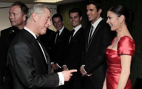 Ægtemanden Michael Douglas blev hjemme i New York City, mens Catherine Zeta-Jones drog til barndommens Wales. Her hilser Fru Douglas på Prins Charles