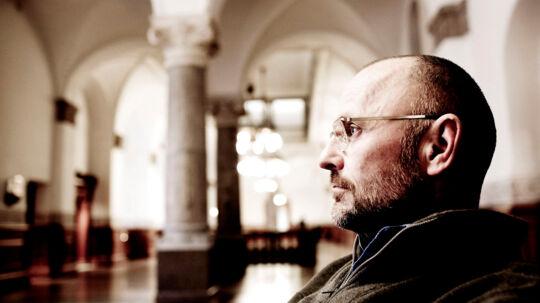 Henrik Qvortrup var chefredaktør fra 2001-2008, men afviser selv at have godkendt hemmelige overvågninger af kendte. Nu påstår en tidligere Se og Hør-journalist dog, at han kendte alt til foretagendet.