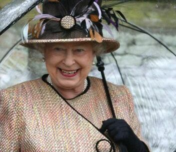 Dronning Elizabeth skal ikke sætte sig i vidneskranken.