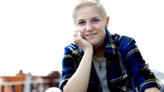 Sarah, der vandt X Factor. Hun er aktuel med sin single, der udkommer fredag den 17. juni. Desuden er hun lige blevet færdig med 9. klasse og skal på efterskole efter sommerferien.