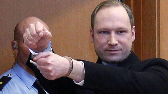 Anders Breivik, der har 77 liv på samvittigheden efter massakren på Utøya og bombeangrebet i Oslo i juli, lod sig fotografere under dagens retsmøde.