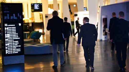 Afgående statsminister Lars Løkke Rasmussen ankommer til Hotel Bella Sky på Center Boulevard efter partileder runden på Christiansborg ved valget. Efter aftale og mod betaling blev der givet tilladelse til rygning på værelset. (Foto: Martin Sylvest Andersen/Scanpix 2011)