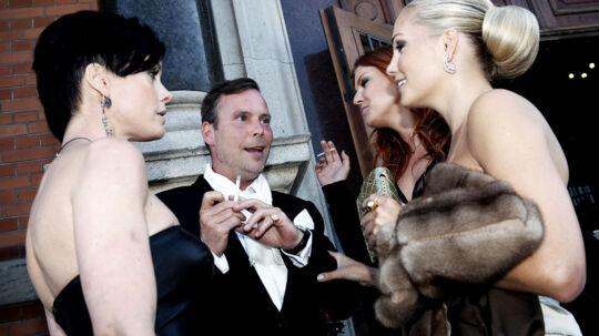Tv-baronessen nød i fulde drag et stykke tobak, og en børnefri aften ved Dansk Fashion Award på Glyptoteket. Her kvidrer Caroline bl.a med Noir designeren Peter Ingwersen og Lene Nystrøm.