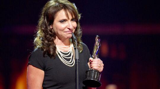 Den danske instruktør Susanne Bier snublede, da hun skulle på scenen for at modtage prisen for bedste instruktør under European Film Award.