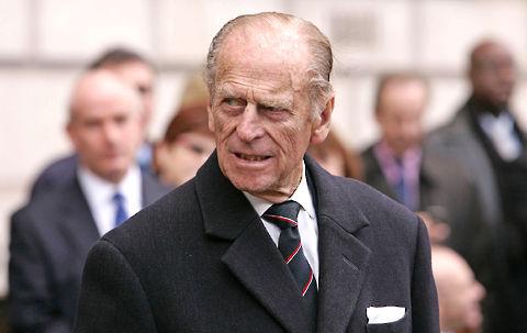 Prins Philip var lige lovlig bramfri, da han hilste på en flok mavedansere.