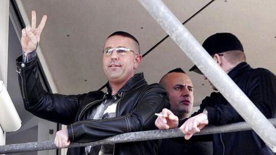 Brian Sandberg vinker fra retten i Glostruphvor han i september 2011 blev idømt 11 år og 10 måneder fængsel for at beordre et skyderi på Nørrebro i København.