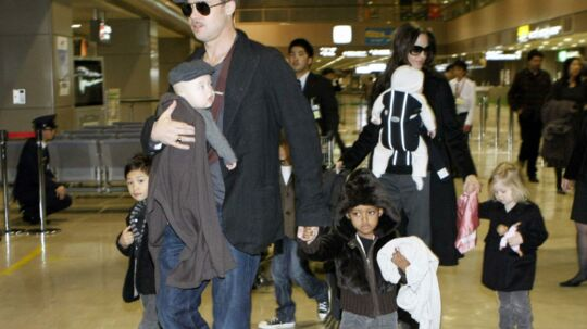 Det ser imponerende ud, når Angelina Jolie og Brad Pitt slæber alle seks børn med igennem diverse lufthavne. Men i virkeligheden har det berømte par én nanny til hvert barn.