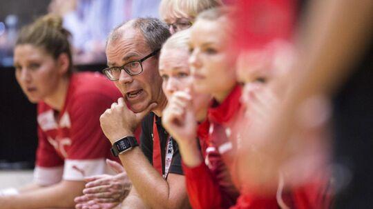 Jan Pytlick har god grund til at være bekymret efter kvindelandsholdets første kamp i Golden League.