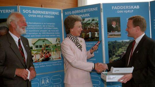 Prinsesse Benedikte modtager her 300.000 kr. fra mobiltelefonfirmaet Nokia til SOS-Børnebyerne. En kvinde har nu testamenteret foreningen 22 millioner kroner. Arkivfoto