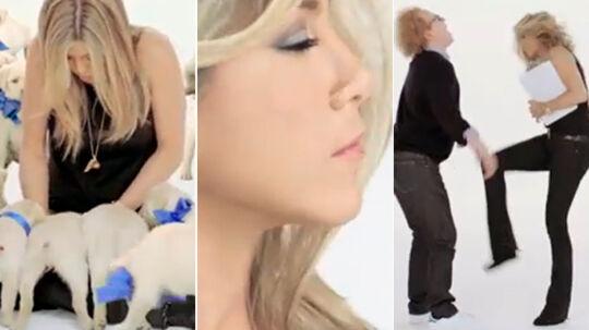 Billeder fra den nye video med Jennifer Aniston, hvor hun bl.a. bliver nusset af hundehvalpe, ryster håret og sparker en mand i skridtet.