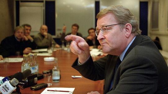 Forhenværende udenrigsminister Niels Helveg Petersen råder Villy Søvndal efter blodprop: Han bør stoppe med at ryge.