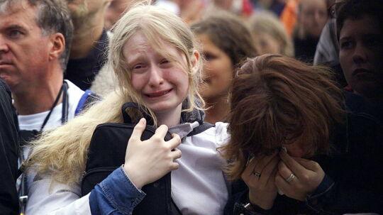 Festivalgængere græder under mindegudstjenesten for de - på det tidspunkt - otte dræbte unge mænd. Mindegudstjenesten blev holdt ved Roskilde Stifts biskop, Jan Lindhardt. Klik dig videre til flere billeder fra d. 30. juni 2000.